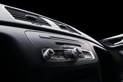 Coche deportivo de lujo moderno dentro Interior del coche del prestigio Cuero negro Detalle del coche dashboard Medios, clima y n fotografía de archivo