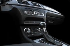 Coche deportivo de lujo moderno dentro Interior del coche del prestigio Cuero negro Detalle del coche dashboard Medios, clima y n fotografía de archivo libre de regalías