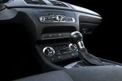 Coche deportivo de lujo moderno dentro Interior del coche del prestigio Cuero negro Detalle del coche dashboard Medios, clima y n foto de archivo