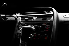 Coche deportivo de lujo moderno dentro Interior del coche del prestigio Cuero negro Detalle del coche dashboard Medios, clima y n fotos de archivo
