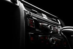 Coche deportivo de lujo moderno dentro Interior del coche del prestigio Cuero negro Detalle del coche dashboard Medios, clima y n imagenes de archivo