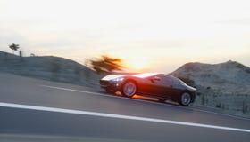 Coche deportivo negro en el camino, carretera Conducción muy rápida representación 3d stock de ilustración