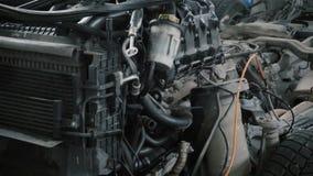 Coche desmontado en el servicio del coche almacen de metraje de vídeo