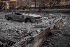 Coche destruido en fuego Foto de archivo