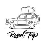 Coche dibujado mano del viaje con equipaje en el tejado y el tipo manuscrito letras de viaje por carretera Línea diseño del bosqu foto de archivo