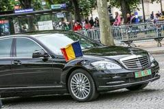 Coche diplomático de Tchad durante el desfile militar ( Defile) en el día &#x28 de la república; Bastille Day) Campeones Elysees Foto de archivo libre de regalías