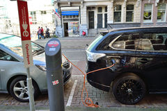 Coche eléctrico futurista del concepto que carga Amsterdam Imagen de archivo libre de regalías