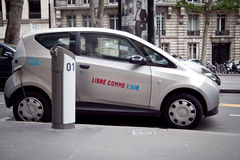 Coche eléctrico París de Autolib Imágenes de archivo libres de regalías