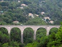 Coche en Aquaduct antiguo Foto de archivo