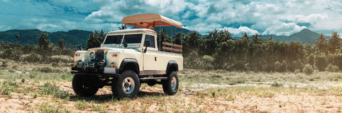 Coche en campo a través, rastro del safari de la aventura Foto de archivo