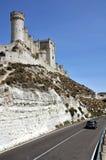 Coche en el camino cerca del castillo de Penafiel Imagenes de archivo