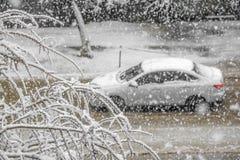 Coche en el camino con la tormenta de la nieve, Rusia Fotos de archivo libres de regalías