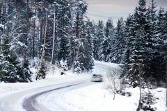 Coche en el camino del invierno Imágenes de archivo libres de regalías