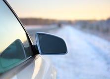 Coche en el camino del invierno Fotografía de archivo libre de regalías