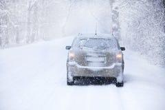 Coche en el camino del invierno Foto de archivo libre de regalías