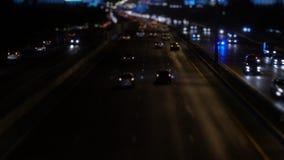 Coche en el camino del tráfico en la noche metrajes