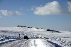 Coche en el camino helado Foto de archivo