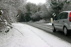 Coche en el camino helado Imagenes de archivo