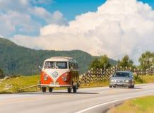Coche en el camino en Noruega, Europa Día asoleado Fotografía de archivo libre de regalías