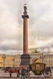 Coche en el cuadrado del palacio Foto de archivo libre de regalías
