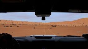 Coche en el desierto del Sáhara, conductor pov de la cámara almacen de metraje de vídeo