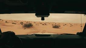 Coche en el desierto del Sáhara, conductor pov de la cámara metrajes