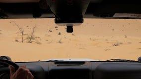 Coche en el desierto del Sáhara, conductor pov de la cámara almacen de video