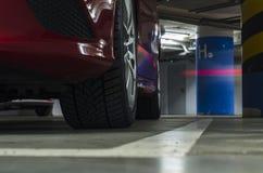 coche en el estacionamiento subterráneo Imagen de archivo libre de regalías