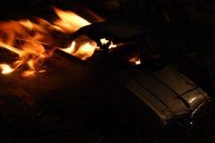 Coche en el fuego Imagenes de archivo