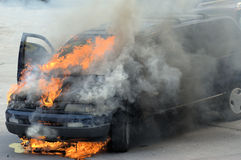 ¡Coche en el fuego! Foto de archivo libre de regalías