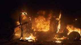 Coche en el fuego, coche ardiente, explosión del coche metrajes
