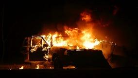Coche en el fuego, coche ardiente, explosión del coche, accidente del choque de coche almacen de video
