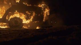 Coche en el fuego, coche ardiente, explosión del coche, accidente del choque de coche almacen de metraje de vídeo