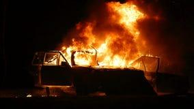 Coche en el fuego Explosión del coche noche Cámara lenta almacen de video