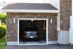 Coche en el garage imagen de archivo libre de regalías