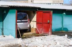 Coche en el garaje del cobertizo después del estacionamiento del invierno Imagen de archivo libre de regalías