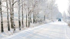 Coche en el invierno del camino n Foto de archivo