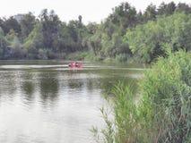 Coche en el lago Foto de archivo libre de regalías