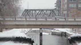 Coche en el puente en día nevoso metrajes
