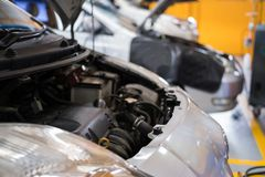 Coche en garaje mantenimiento del vehículo en servicio de reparación auto Autom Fotos de archivo