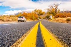 Coche en hombro de la carretera en el otoño California, Estados Unidos Imagen de archivo