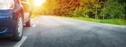 Coche en la carretera de asfalto en verano Imagen de archivo libre de regalías