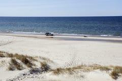 Coche en la costa ancha por la tarde clara Imagen de archivo