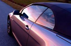 Coche en la puesta del sol Imagenes de archivo