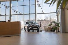 Coche en la sala de exposición de la representación Toyota en Nizhny Novgorodcity en 2018 fotos de archivo