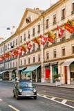 Coche en las banderas de Rue Corraterie Street Swiss en suizos de Ginebra Fotografía de archivo libre de regalías