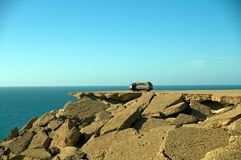 Coche en las rocas, Western Sahara Fotos de archivo libres de regalías
