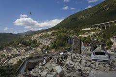 Coche en los escombros del edificio, Pescara del Tronto, Ascoli Piceno, Italia Fotografía de archivo
