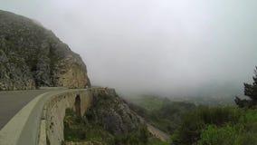 Coche en niebla de la montaña