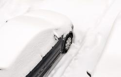Coche en nieve en el invierno visto de arriba Foto de archivo